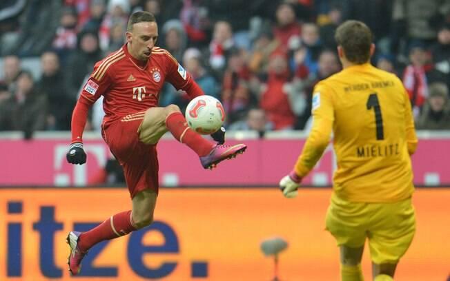 Ao golear o Werder Bremen por 6 a 1 na 23ª  rodada, Bayern aumentou vantagem na liderança para  17 pontos