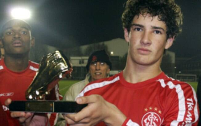 Alexandre Pato apareceu para o futebol no  Internacional em 2006, aos 17 anos
