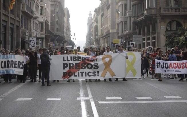 Manifestantes foram às ruas contra condenações de líderes separatistas da Catalunha