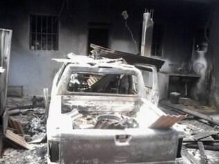 Viatura ficou completamente destruída e estrutura do prédio foi afetada pelo calor