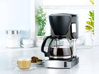 A limpeza interna da cafeteira é quase como fazer café, mas utilizando apenas água
