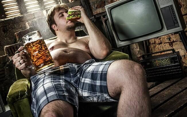Homens britânicos estão acima do peso, mas boa parte deles não liga para isso, indica pesquisa