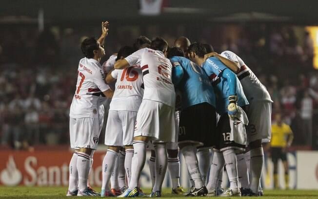 Jogadores do São Paulo conversam antes do  início da partida