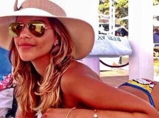 Mariana Rios exibe bronzeado