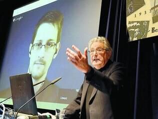 O informante.  Edward Snwoden (na projeção) foi quem revelou a invasão da estatal por órgãos de inteligência dos EUA e Reino Unido