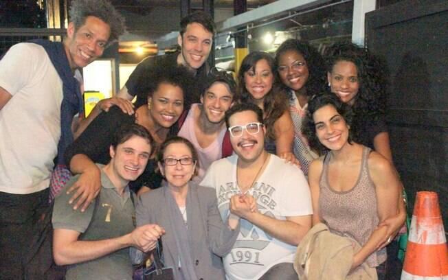 Fernanda Montenegro tira foto ao lado do elenco de Tim Maia - Vale Tudo
