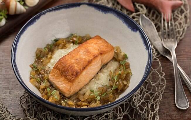 Salmão grelhado com risoto de gorgonzola com pera caramelizada vai bem tanto no almoço quanto jantar