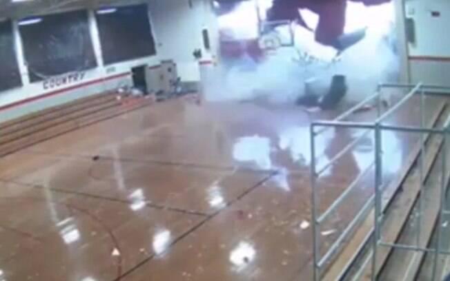 Nas imagens, é possível ver as crianças fugindo antes que parte do teto desabe