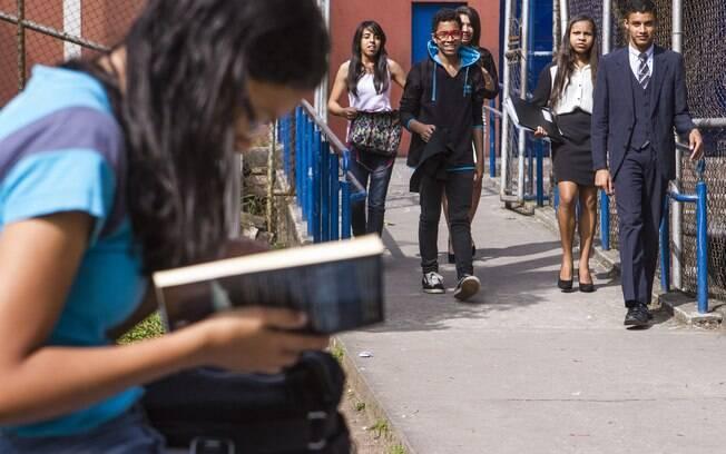 Pobreza, dificuldades de acesso à escola e currículo pouco atraente são principais razões de os jovens largarem a escola