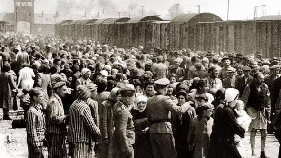 Em junho de 1944, judeus húngaros chegam a Auschwitz-Birkenau, na Polônia ocupada pelos alemães. Mais de 1 milhão de judeus morreram no campo, muitos envenenados em suas câmaras por Zyklon B