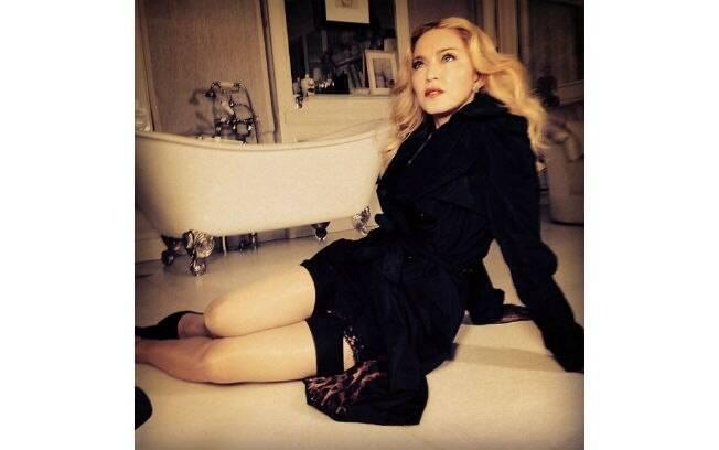 Madonna posou sexy no chão de um banheiro