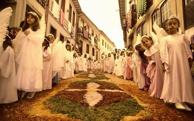 Na Semana Santa, as ruas de Ouro Preto são tomadas por tapetes de flores e serragem