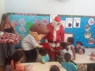 Crianças receberam presentes e guloseimas