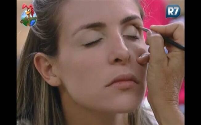 Joana é maquiada por Monique