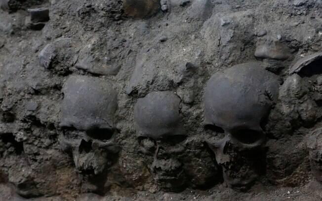 Foto mostra partes de uma torre asteca de crânios humano que amedrontaram os conquistadores espanhóis