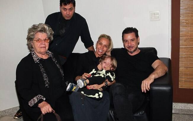 Adriane Galisteu e a família embarcando para os Estados Unidos