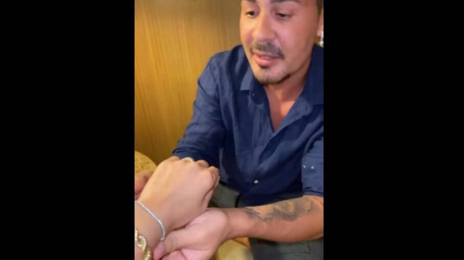 Deolane ganha pulseira de Carlinhos Maia
