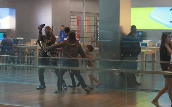 Murilo Rosa discute com o fotógrafo que clicava sua família no shopping center