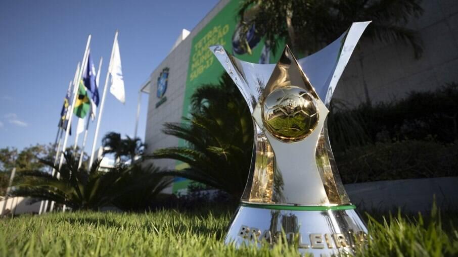Taça do Brasileirão será entregue apenas na última rodada, independente do resultado de Flamengo x Inter