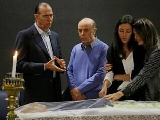 SP - VELORIO ADIB JATENE / SP - GERAL - José Serra (centro) acompanha o velório do médico e ex-ministro Adib Jatene, no hospital do Coração, que faleceu no local por volta das 23 horas de ontem (14) aos 85 anos, por após um infarto agudo do miocardio. 15/11/2014 - Foto: NELSON ANTOINE/FRAME/FRAME/ESTADÃO CONTEÚDO