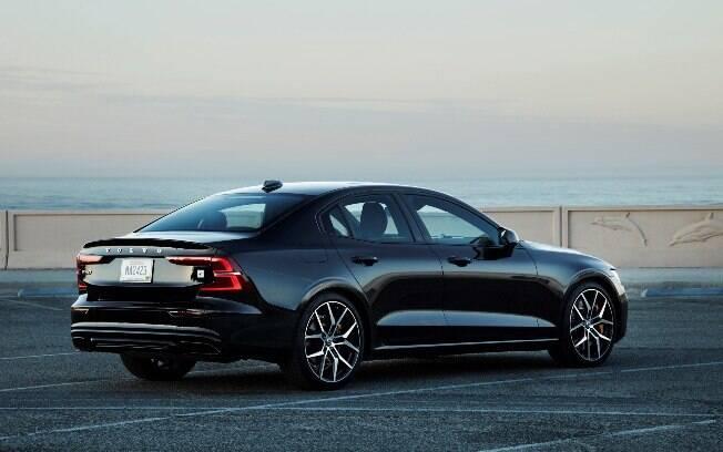 Na traseira, segue a linguagem visual discreta e conservadora dos Volvo, mas não deixa a modernidade de lado