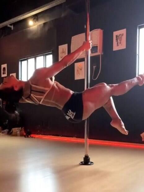 Gracyanne Barbosa se joga no pole dance