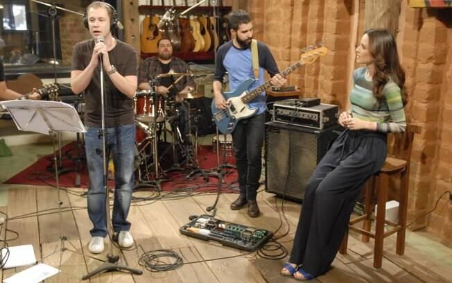 Tiago Leifert, apresentador do 'The Voice', canta no 'Estrelas'