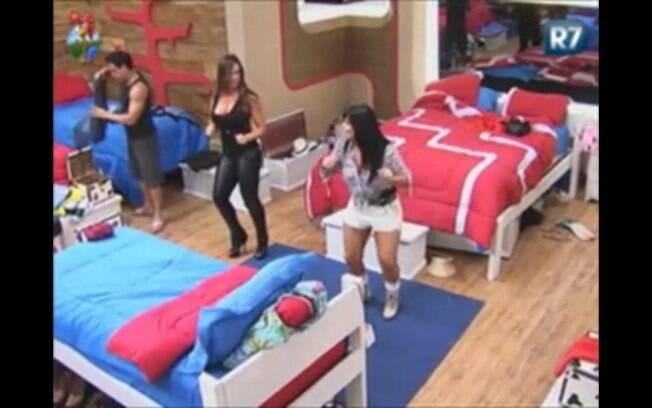 Gretchen se redime e ensina Nicole a dançar seu maior hit