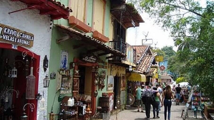 Embu das Artes é repleto de bares e lojas de artesanato