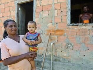 Dona Rita diz que funcionários alojados perto de sua casa fazem muita bagunça durante a noite