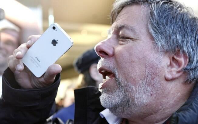 Steve Wozniak com o iPhone 4S: Jobs entendia como as pessoas agiam na vida real