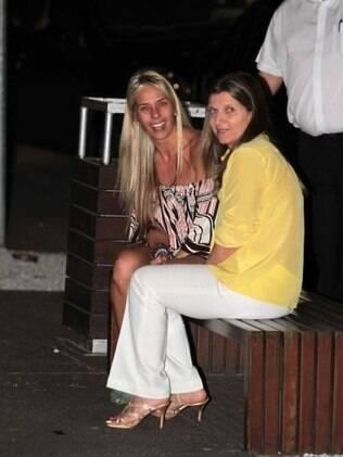 Galisteu e uma amiga em restaurante paulistano