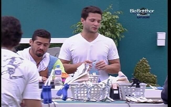 Ronaldo conta aos brothers que o refrigerante desapareceu