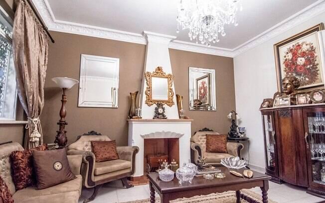 O casarão dispõe de um total de 13 ambientes, entre diversas salas e quartos, e um banheiro no estilo vitoriano