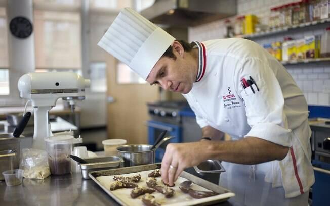 Chef James Briscione prepara prato com base em receitas criadas pelo Watson, o supercomputador da IBM
