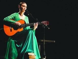 Acompanhada de banquinho e violão, cantora toca sucessos da carreira
