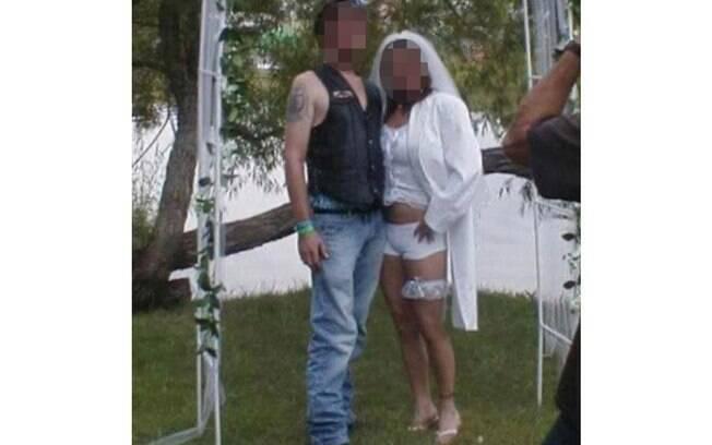Noiva abriu mão do clássico vestido de noiva para a cerimônia