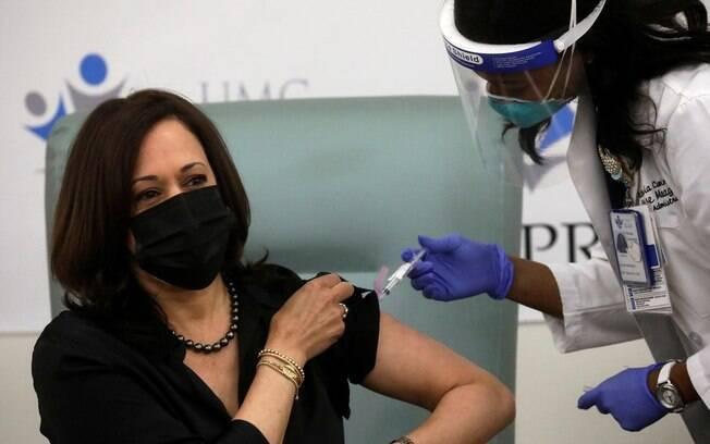 A vice-presidente eleita recebeu a vacina nesta terça (29) em Washington