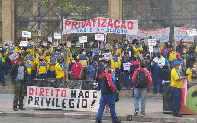 Funcionários dos Correios de Campinas protestaram em frente a agência central nesta manhã.