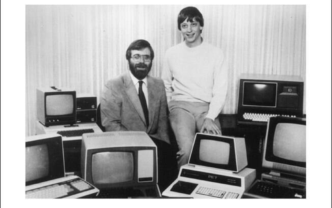 Bill Gates e Paul Allen em 1981, cercados de PCs