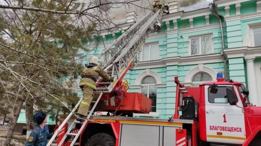 Em meio a incêndio, cirurgiões terminam operação cardíaca na Rússia