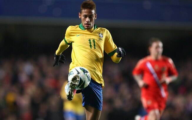 Neymar domina a bola no amistoso contra a  Rússia