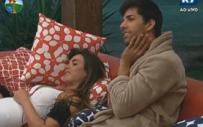 Diego Pombo e Nicole Bahls conversam na varanda