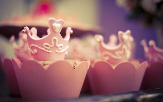 Os topos dos cupcakes na decoração de bonecas de porcelana podem ser lindas e elegantes coroas de princesa