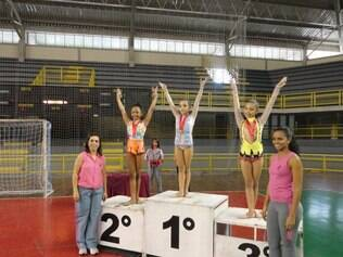 Medalhistas do pré-infantil nível 3 com as técnicas Ariene Righi Gonçalves e Karine Fernanda