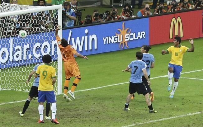 Paulinho cabeceia e faz o segundo do Brasil  contra o Uruguai