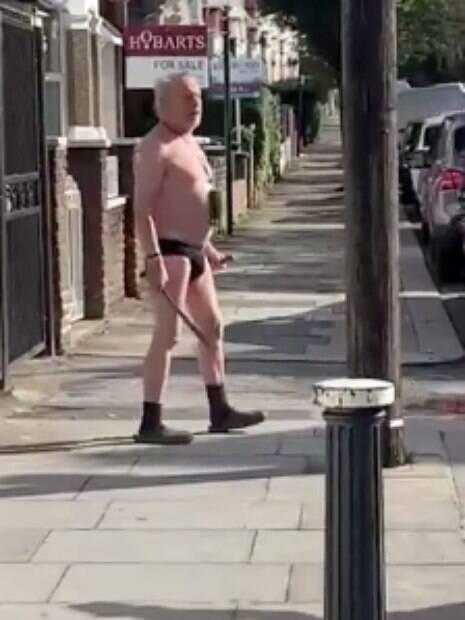 homem de cueca segurando facão na rua