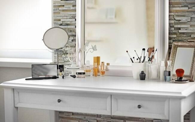 Confira as dicas e saiba como montar uma penteadeira com espelho e espaço para maquiagem