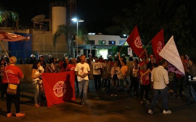 Protesto em frente à sede da TV Globo em Brasília teve duas pessoas detidas