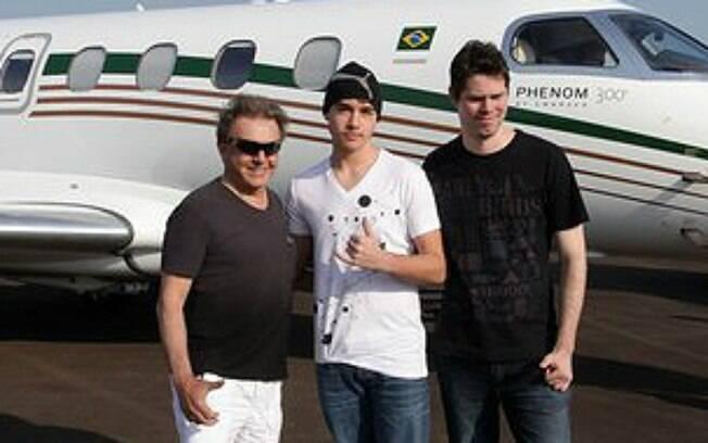 Olin, o filho do meio, se exibe em frente à uma das aeronaves de Eike. Foto: Divulgação